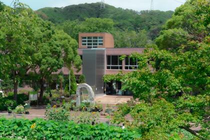 神奈川県立大船フラワーセンター本館を園内から俯瞰