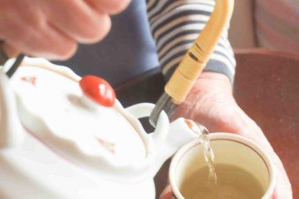 80代の母がお茶を淹れてくれる手