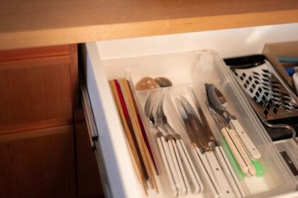 キッチンの引き出しの中にあるフォーク、ナイフ、スプーン