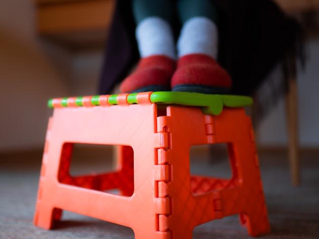 踏み台の上に足をのせて、フットレストの代用にしている様子