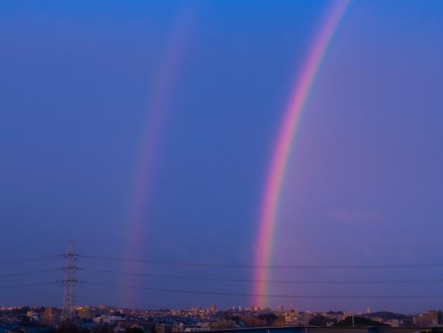 雨上がりの夕空に大きくかかる虹