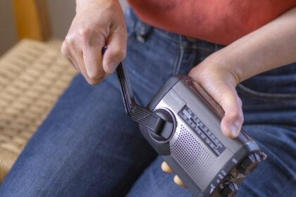 ソニーICF-B99の手回し充電をしているところ