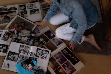 畳に広げたたくさんのアルバムに見入る私