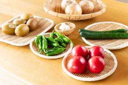 新鮮な野菜をざるに入れて野菜の見せる収納