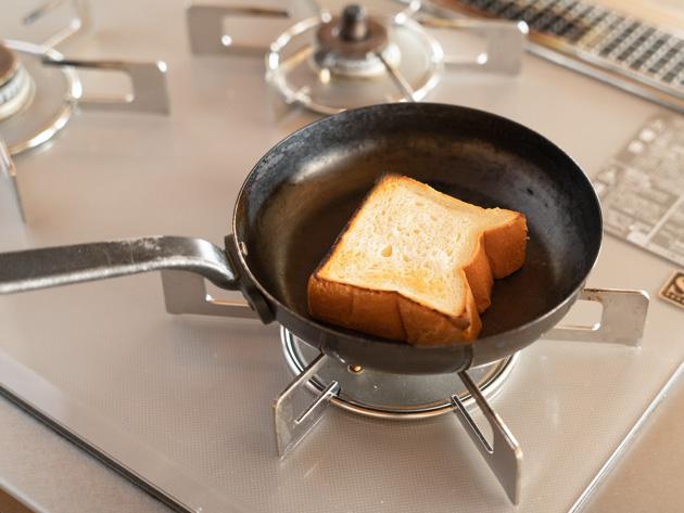 フライパンで冷凍パンをトースト