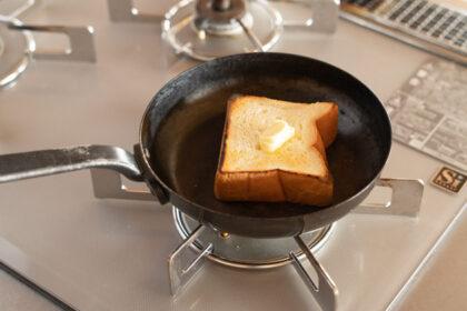 フライパンで焼くバタートースト