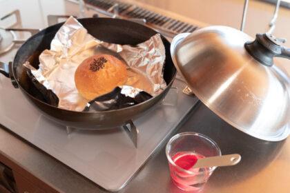 冷凍あんパンをフライパンで温める様子